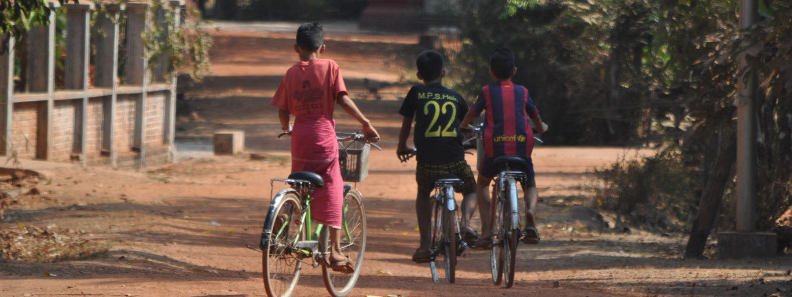 Mawlamyine - Family walking - Mon State - Sampan Travel