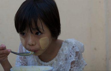 Thanaka - Girl eating mohinga - Myanmar - Sampan Travel